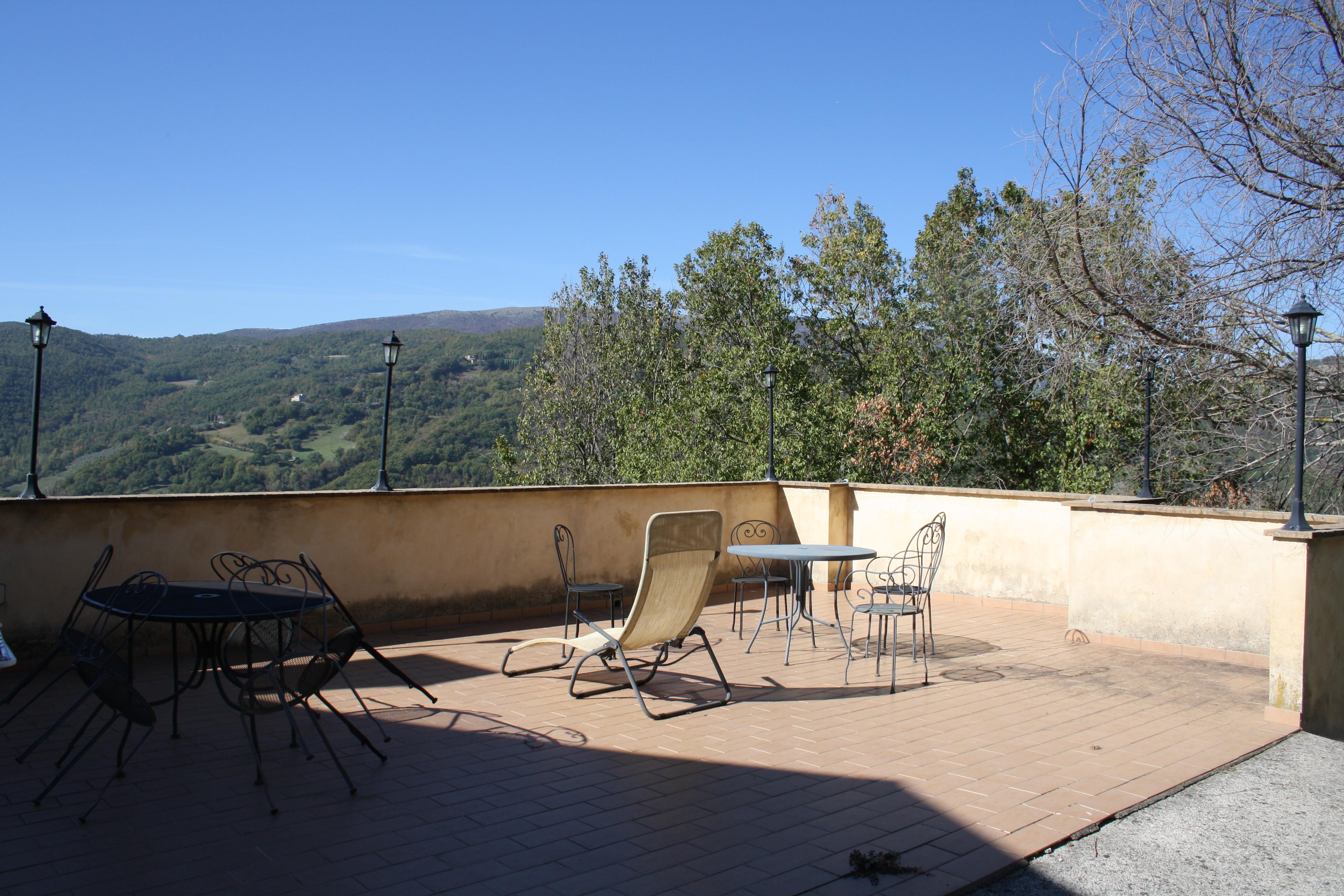 Terrazzo Panoramico attrezzato con tavoli e sedie