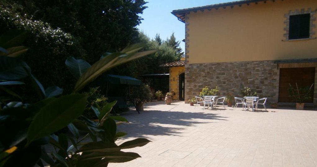 Cortile dell'Agriturismo di Bettona 8 km da Assisi