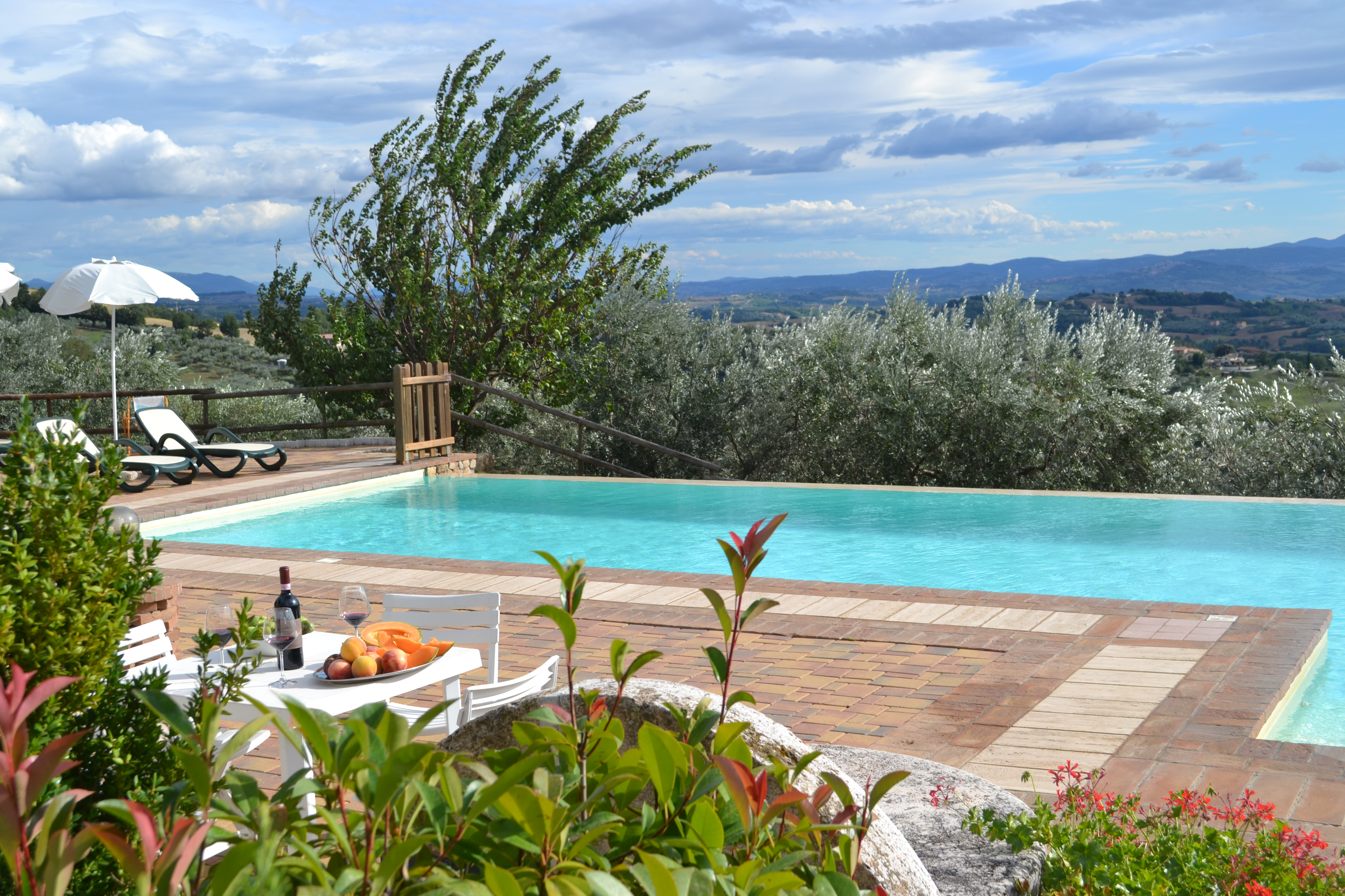 AGOSTO in Agriturismo con appartamenti con Piscina a sfioro a Perugia