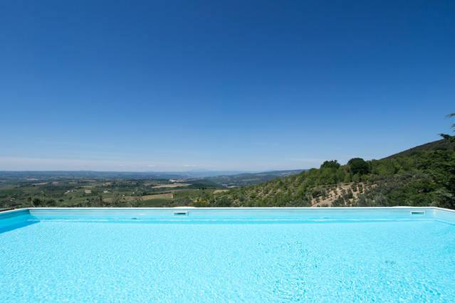 Piscina riscaldata e panoramica per vacanze a Montecchio