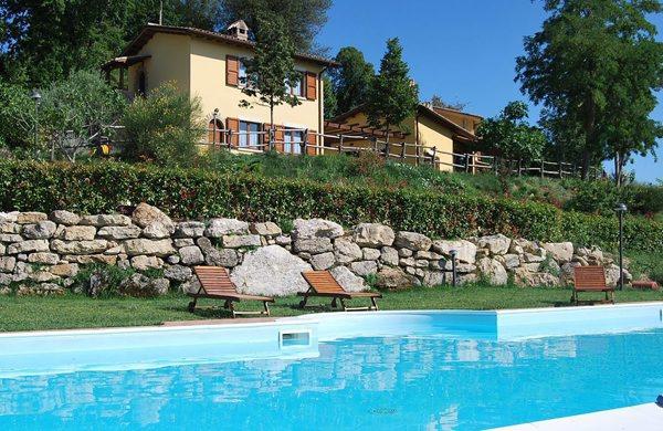 Piscina riscaldata in agriturismo a Montecchio