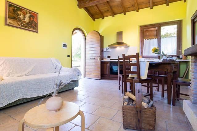 Vacanze in appartamento con camino a Montecchio, Ginestra
