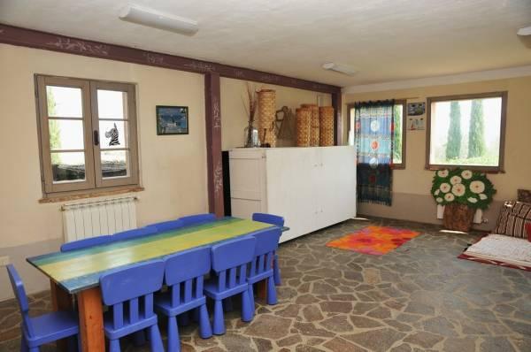 Offerta di PASQUA in Agriturismo con appartamenti con camino e sala giochi per bambini!