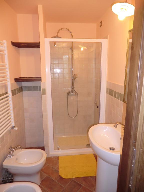 Camera con bagno economica a spello umbria bimbo - Camera con bagno ...