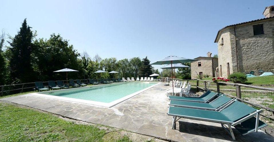 Lastminute GIUGNO in Agriturismo per famiglie a Gubbio: piscina, parco giochi, avventura e libri in Umbria!