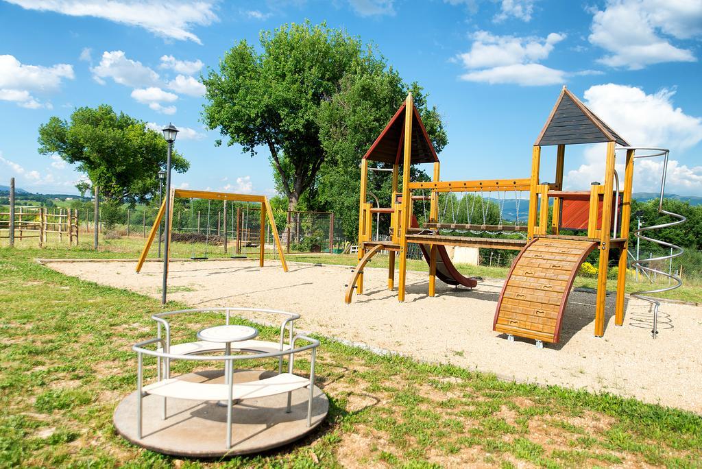Agriturismo con parco giochi, piscina e ristorante in Umbria