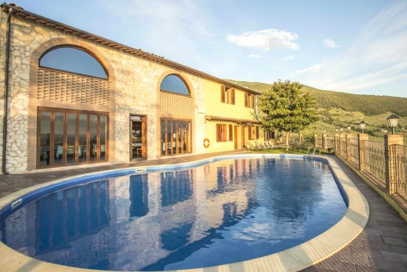 Agriturismo con piscina panoramica vicino Foligno