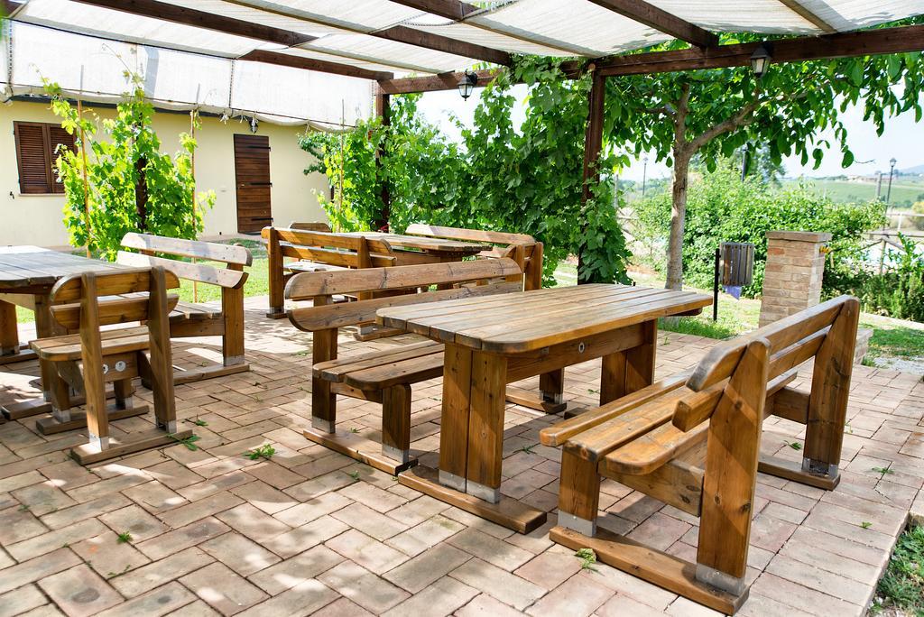 Loggiato esterno in agriturismo con animali, piscina, barbecue, ristorante, pizzeria e camere in Umbria