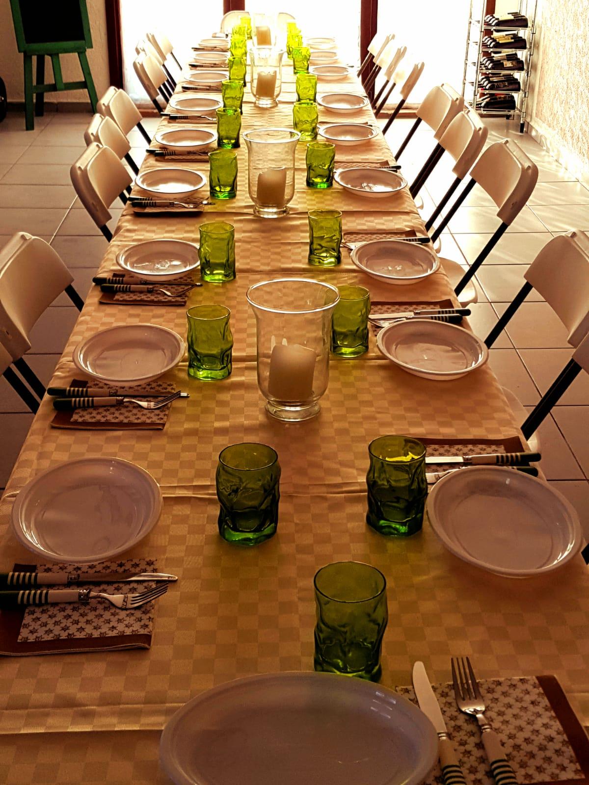 sala apparecchiata per cena tra amici