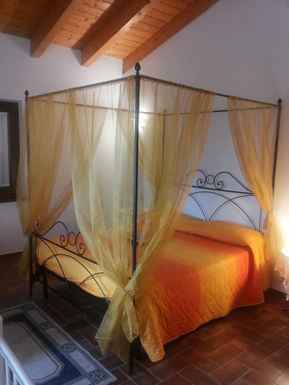 Camera-con-letto-a-baldacchino-a-Montefalco