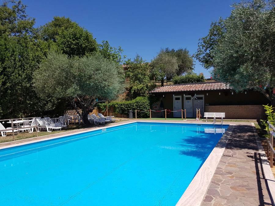 Casale a Città della Pieve con appartamenti vacanza con piscina