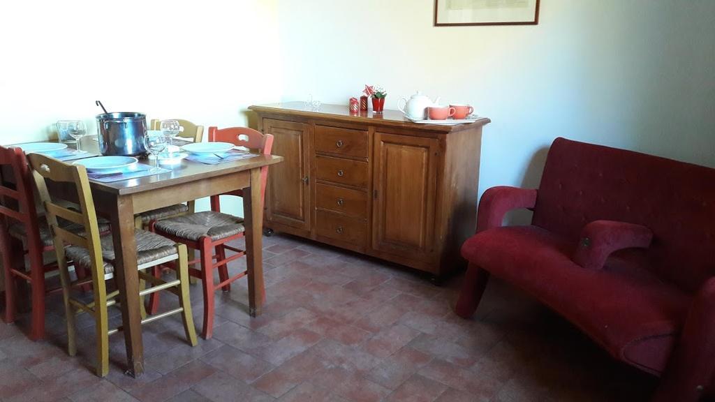 Casale con appartamenti vacanza, piscina e colazione tra Umbria e Toscana