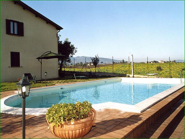 Casale-immerso-nella-campagna-in-Umbria