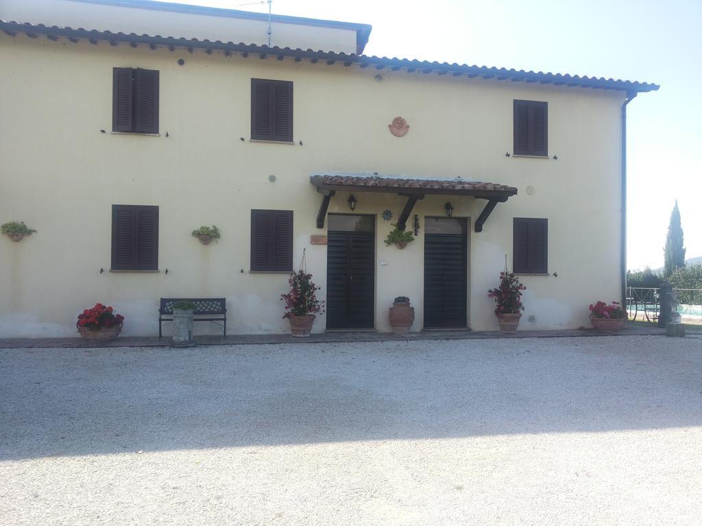 Casale-indipendente-per-14-persone-in-Umbria