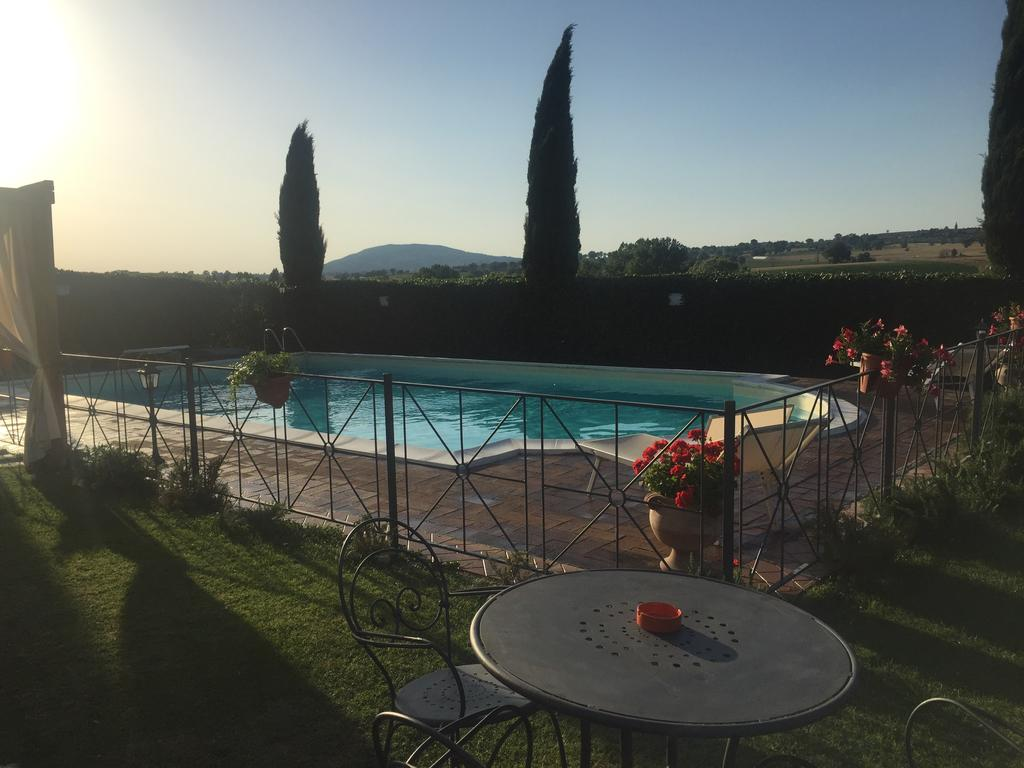 Piscina-e-gazebo-in-Casa-vacanze-in-Umbria