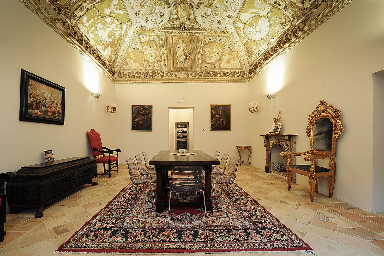 Sala polifunzionale piccola con tavolo e sedie a Foligno