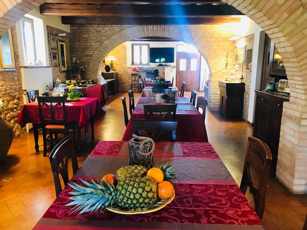 Salone con cucina industriale, camino e giardino per feste tra Foligno e Spello