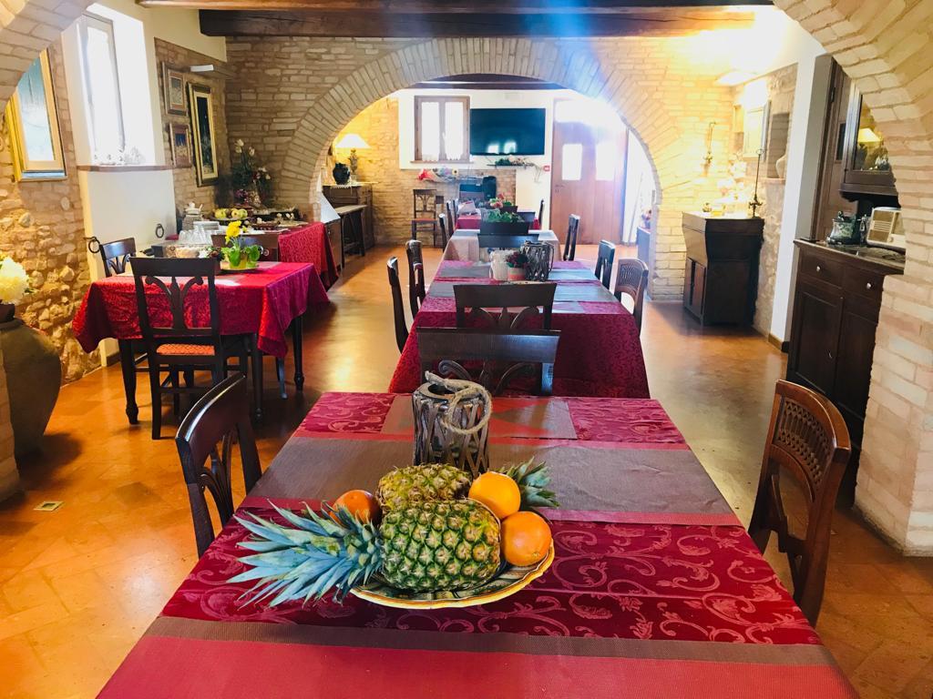 Salone con giardino e cucina per eventi tra Foligno e Spello