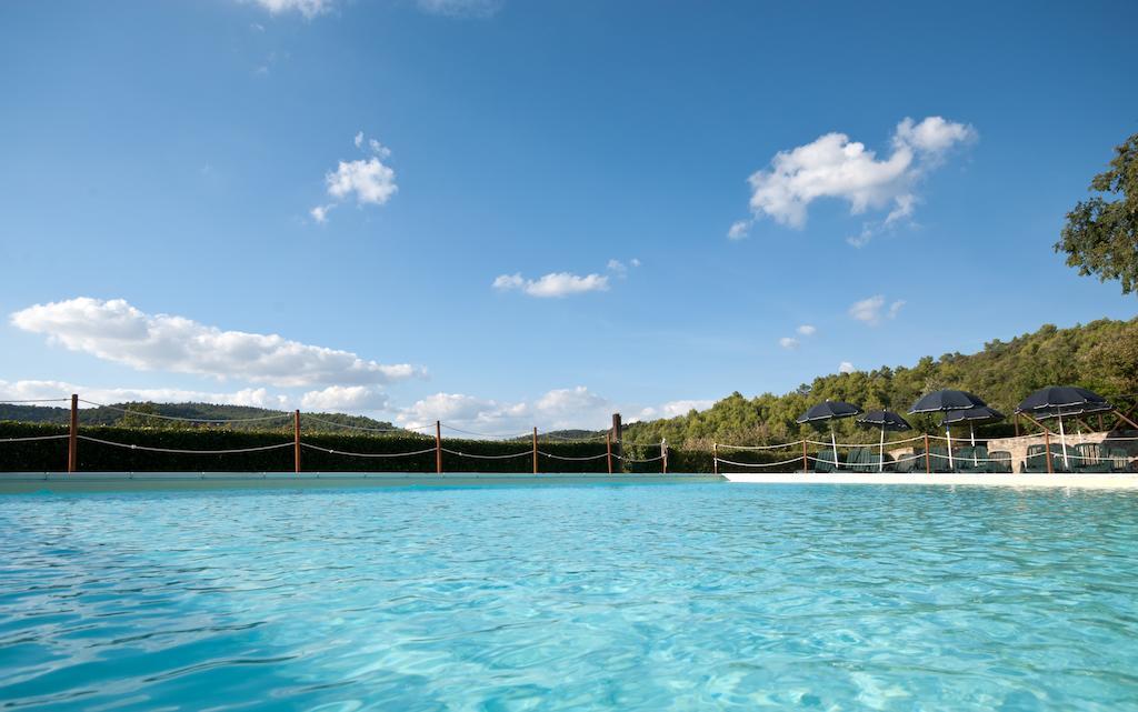 Castello con piscina, ristorante, appartamenti e tanti animali in Umbria