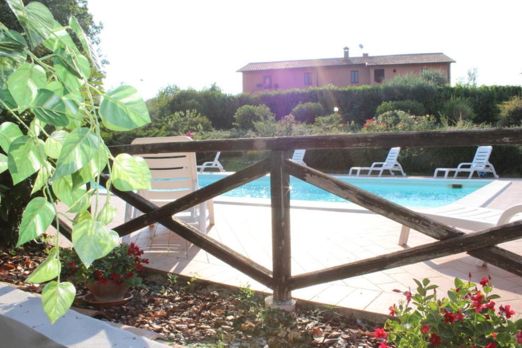 Casale con appartamenti vacanza e piscina in Umbria