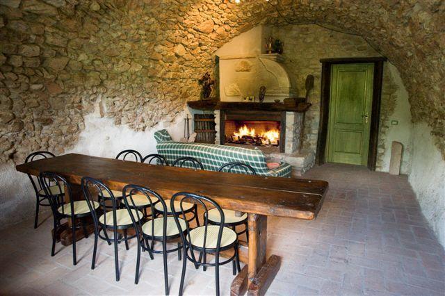 Salone o taverna comune con grande camino in agriturismo a Cascia