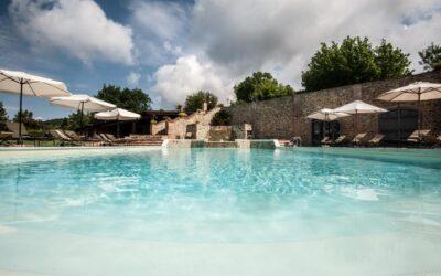 AGOSTO al lago Trasimeno in casale vacanza con appartamenti, villette e piscina