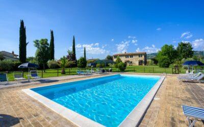 Offerta AGOSTO ad Assisi in Casale con appartamenti, piscina e parco giochi