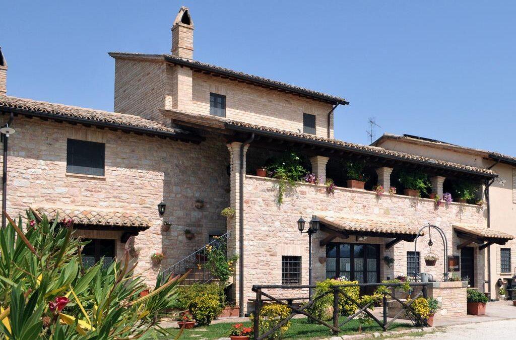 Offerta AGOSTO appartamenti in Casa Colonica con piscina e ristorante a Spello